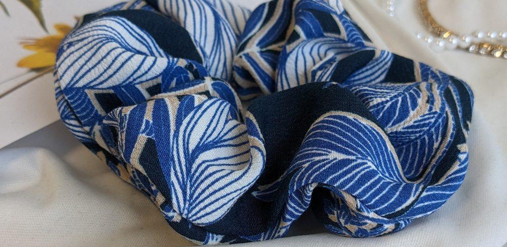 chouchou motif floraux bleu blanc